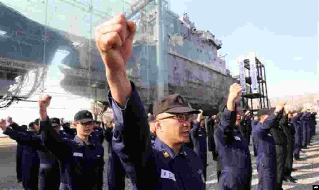 26일 한국 경기도 평택 해군 제2함대 사령부 피격 천안함 앞에서 열린 결의대회에서 구호를 외치는 한국군 장병들.