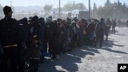 Người tị nạn chờ đợi để băng từ làng Idomeni ở Hy Lạp sang miền nam Macedonia, ngày 9/11/2015.