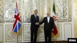 عکس آرشیوی از دیدار محمدجواد ظریف (راست) و فیلیپ هاموند وزیران خارجه ایران و بریتانیا در تهران - ۱ شهریور ۱۳۹۴