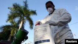 Một nhân viên y tế chuẩn bị phun thuốc diệt côn trùng ở San Juan, Puerto Rico, ngày 27 tháng 1 năm 2016.