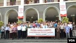 Para rektor sejumlah perguruan tinggi dan akademisi di Yogyakarta menyampaikan deklarasi imbauan agar Pilpres 9 Juli 2014 berlangsung jujur dan adil dan berlangsung damai di Balairung Kampus UGM, Bulaksumur, Yogyakarta, 7 Juli 2014 (Foto: VOA/Munarsih).