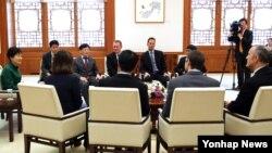 박근혜 한국 대통령이 오는 16~17일 서울에서 열리는 아태지역 뉴스 통신사들의 협의체인 아태뉴스통신사기구(OANA) 대표들과 청와대에서 환담 형식으로 공동 인터뷰하고 있다.