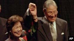 1995年6月9日台灣總統李登輝和他的妻子在康奈爾大學發表歐林演講後回應掌聲。