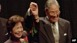 1995年6月9日台湾总统李登辉和他的妻子在康奈尔大学发表欧林演讲后回应掌声。