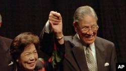 资料照片:台湾总统李登辉和他的妻子在康奈尔大学发表欧林演讲后回应掌声。(1995年6月9日)