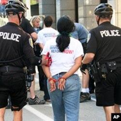 Une militante de la réforme de l'immigration arrêtée part la police lors d'une manifestation à Seattle, dans l'Etat de Washington