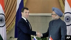 Russian President Dmitry Medvedev, left, shakes hands with Indian Prime Minister Manmohan Singh after signing agreements, joint press conference in New Delhi, India, Dec 21, 2010