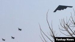 미군의 스텔스 전략폭격기인 B-2가 28일 한국 평택 오산미공군기지 상공을 저공비행하고 있다. 한국군 소식통은 미 본토에서 출격한 스텔스 폭격기 B-2가 이날 한국의 한 사격장에 세워진 가상의 목표물을 타격하는 훈련을 했다고 밝혔다.