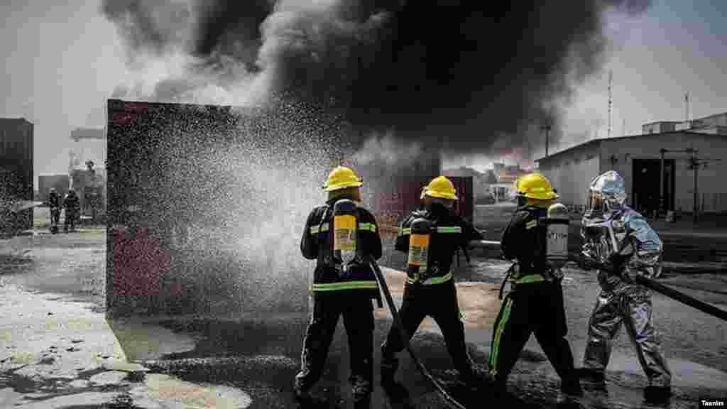 مانور شرایط اضطرار در بوشهر. گفته نشده این مانور برای چه برگزار می شود. عکس: حسین حیدرپور