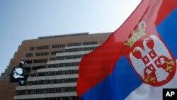 Arhiva - Zastava Srbije ispred zgrade Generalštaba tadašnje Vojske Jugoslavije, uništene tokom bombardovanja 1999.