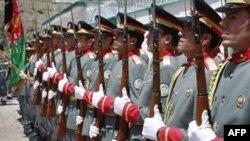 Các bảo vệ danh dự nâng cao lá cờ Afghanistan trong buổi chuyển giao quyền lực ở Bazarak, Panjshir, 24/7/2011