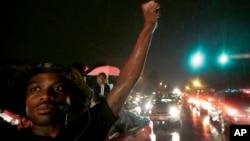 8月15日晚上民众在弗格森镇一家便利店附近举行抗议