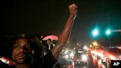 تظاهرات مردم شهر فرگوسن در اعتراض به کشتن مایکل براون ابه رغم اعلام مقررات منع عبور و مرور ادامه دارد - ایالت میزوری،