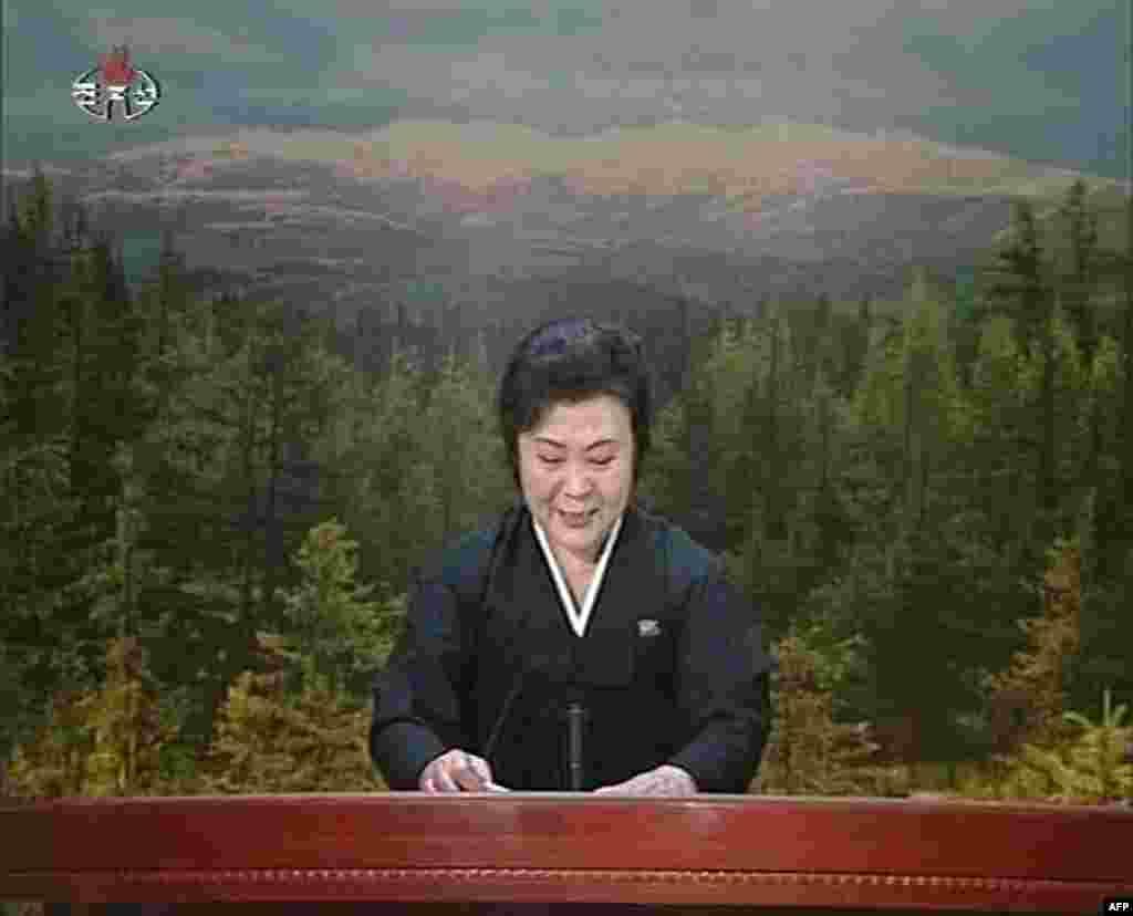 Xướng ngôn viên đài truyền hình nhà nước Bắc Triều Tiên trong trang phục cổ truyền màu đen loan báo cái chết của lãnh tụ, 19 tháng 12.