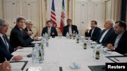 美国国务卿克里(左二)和伊朗外长扎里夫(右二)在维也纳会谈(2015年6月28日)