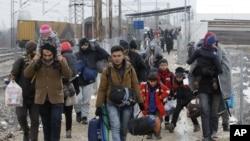 Des migrants entre la Serbie et la Macédoine, le 26 janvier 2016. (AP Photo/Boris Grdanoski)