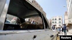 19일 예멘 사나에서 정부군과 반군 간 교전이 있었던 자리에 자동차가 파손되어 있다.