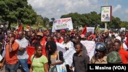 Masu zanga zanga kenan akan babbar hanyar da ake kira Kamuz a birnin Blantyre, Malawi, April 27, 2018.