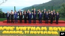 出席在越南峴港舉行亞太經合組織峰會的領袖合照