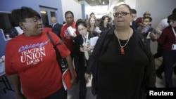 La presidenta de la Unión de Docentes de Chicago, Karen Lewis (izquierda) tras una rueda de prensa anunciando el acuerdo que puso fin a la primer huelga de docentes públicos en 25 años, que inició el lunes 10 de septiembre.