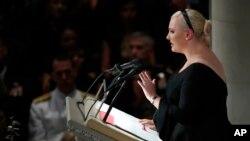 Meghan McCain, filha de JOhn McCain falando emocionadamente do pai na Catedral de Washington