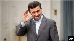 Shugaban kasar Iran Mahmoud Ahmadinejad ya na gaisawa da manema labarai a birnin Tehran.