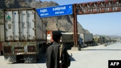 Một nhân viên biên phòng Pakistan đứng gần 1 xe tải của NATO trong khu vực bộ lạc Khyber của Pakistan (hình lưu trữ)