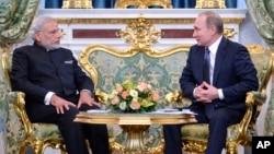 러시아를 방문 중인 나렌드라 모디 인도 총리(왼쪽)가 24일 모스크바에서 블라디미르 푸틴 대통령과 정상회담을 가졌다.