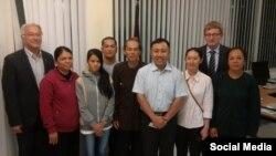Ông Bùi Văn Trung (áo nâu, giữa) và các tín đồ PGHH trong buổi gặp hai dân biểu Đức tại Sài Gòn vào tháng 6/2017. (Facebook Nguyen Bac Truyen)