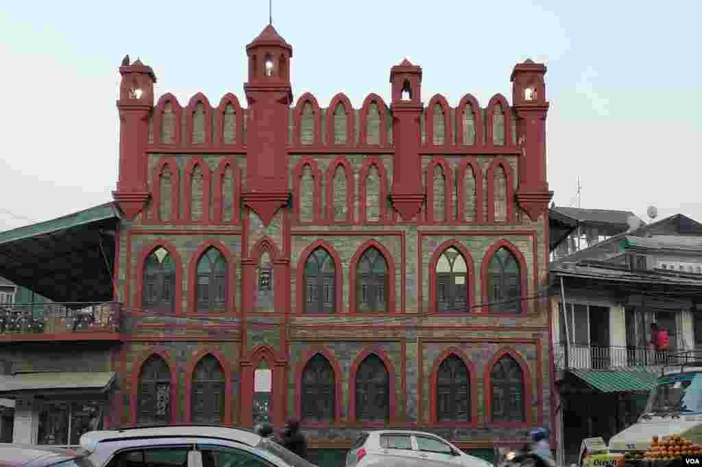 سرینگر کے صراف کدل علاقے میں قائم مسجد، بدھ مت اور اسلامی ثقافتوں کا حسین امتزاج ہے جو اس کی تعمیر میں نمایاں ہے۔ اس کی مغربی دیواریں راجستھان سے لائے گئے لال اور بھورے رنگ کے پتھروں سے تعمیر کی گئی ہیں۔
