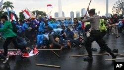 Demo menolak rencana kenaikan BBM di Jakarta (foto: dok). Kenaikan harga BBM menjadi pilihan kebijakan yang sulit bagi pemerintah.