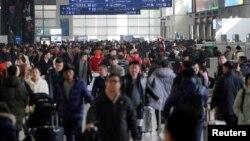 Hành khách đông đúc tại nhà ga Hồng Kiều ở thành phố Thượng Hải, Trung Quốc, vào những ngày cuối năm âm lịch.