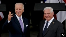 파나마를 방문한 조 바이든 미국 부통령(왼쪽)이 19일 파나마시 대통령궁에서 리카르도 마르티넬리 파나마 대통령을 면담했다.