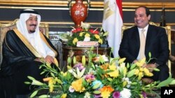 Presiden Mesir Abdel-Fattah el-Sissi (kanan) menerima Raja Saudi Salman di istana Abdeen, Kairo, Sabtu (9/4).