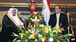 Presiden Mesir Abdel-Fattah el-Sissi (kanan) dalam pertemuan dengan Raja Arab Saudi, Salman, di Istana Abdeen, Kairo (9/4).
