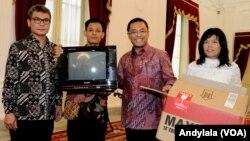 Muhammad Kusrin perakit televisi asal Karanganyar Jawa Tengah (nomor dua dari kiri) didampingi staf komunikasi Johan Budi (paling kiri) dan Menperind Saleh Husin (nomor dua dari kanan) di Istana Merdeka, Jakarta, 25 Januari 2016 (Foto: VOA/Andylala)