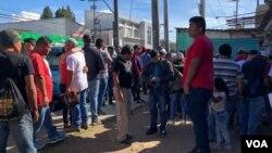 Un grupo de guatemaltecos que fue deportado desde Estados Unidos a Ciudad Guatemala. Foto: Eugenia Sagastume/VOA.