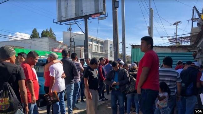 Un grupo de Guatemaltecos que fue deportado desde Estados Unidos, arriba a Ciudad Guatemala. Foto: Eugenia Sagastume./VOA.