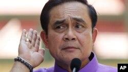 លោក Prayuth Chan-ocha នាយករដ្ឋមន្ត្រីថៃស្តាប់សំណួរពីអ្នកកាសែតម្នាក់ក្នុងអំឡុងសន្និសីទព័ត៌មានមួយឯវិមានរដ្ឋាភិបាលក្នុងរាជធានីបាងកក កាលពីថ្ងៃអង្គារទី៣១ ខែមីនា ឆ្នាំ២០១៥។