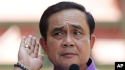 Thủ tướng Thái Lan Prayuth Chan-ocha lắng nghe một nhà báo đặt câu hỏi tại cuộc họp báo ở Bangkok, Thái Lan, 31/3/15