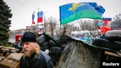 11일 우크라이나 동부 루한스크 지역에서 친러시아계 시위대가 반정부 시위를 펼치고 있다.