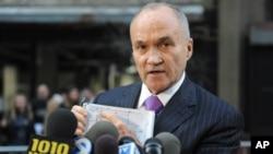 4月26日在纽约,警察局长凯利用图说明一块飞机起落装置的残骸是在何处发现的