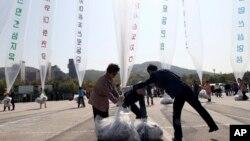 10일 한국 경기도 파주에서 탈북자 단체 관계자들이 북한으로 전단을 날려보내고 있다.