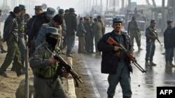 Cảnh sát Afghanistan tại hiện trường sau vụ hai kẻ đánh bom tự sát tấn công một xe buýt chở quân đội tại Kabul, làm 5 người thiệt mạng, ngày 19/12/2010