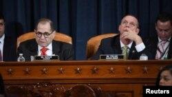 민주당 소속인 제럴드 내들러 하원 법사위원회 위원장과 더그 콜린스 의원이 12일 의회에서 열린 트럼프 대통령 탄핵소추안에 대한 토론을 진행하고 있다.
