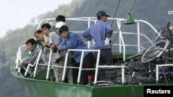 지난 2006년 10월 일본 교토 인근 마이주르 항에 입항한 북한 선박과 선원들. 일본은 이후 북한 국적 선박의 입항과 수출입을 금지하는 제재 조치를 취했다. (자료사진)