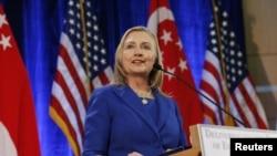 ລັດຖະມົນຕີການຕ່າງປະເທດສະຫະລັດ ທ່ານນາງ Hillary Clinton ຖະແຫຼງຢູ່ທີ່ປະເທດສິງກະໂປ (17 ພະຈິກ 2012)