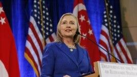 Sekretè Deta Hillary Clinton prale nan Mwayen Oryan an Madi 20 novanm 2012 la sou desizyon Prezidan Barack Obama