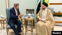 Ammar al-Hakim, pimpinan ISCI (Islamic Supreme Council of Iraq) saat bertemu dengan Menlu AS John Kerry (kiri) di Baghdad (23/6).