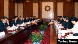 中共对外联络部部长宋涛2016年与朝鲜官员会谈(资料照)